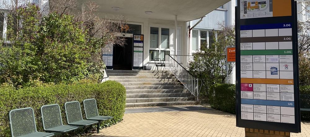 Eingang zum ÄrzteZentrum Haus 19